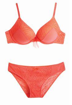 Slip/Culotte Femme Orange - 83% polyamide - 17% élasthanne. Gousset 100% coton. Différents coloris. Du 34/36 au 46/48. Soutien-gorge Orange - 56% polyamide - 35% polyester - 9% élasthanne. Différents coloris. 85 A ou du 85 au 95 B ou du 90 au 95C. Existe en triangle sans armature. - Collection Tex Automne Hiver 2016