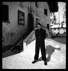 Margot Lind vor einem Haus stehend, im Hintergrund der Hund von Annemarie Schwarzenbach