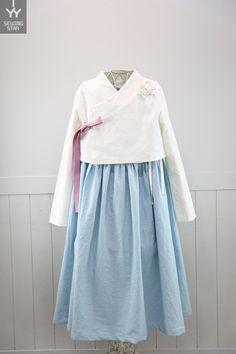 주니어 생활한복 키 154정도의 주니어 맞춤형 생활한복 입니다. 요즘은 초등생들 발육이 좋아서 저희 아들... Korea Fashion, Japan Fashion, Korean Traditional, Traditional Outfits, Modern Hanbok, Zen Style, Bell Sleeve Top, Fashion Outfits, Pretty
