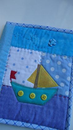 Porta carterinha de vacinação Sonho de Menino by Maria Sica, via Flickr Applique Patterns, Applique Designs, Quilt Patterns, Patch Quilt, Quilt Blocks, Patchwork Baby, Baby Boy Quilts, Felt Fabric, Small Quilts