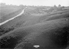1979 r.  Wola Sławinkowska (w dole cegielnia), droga polna wiedzie do Nałęczowskiej. Ścieżka po lewej to obecna ul. Główna, a po prawej cegielnia gdzie ręcznie wyrabiały cegły kobiety źródło; Wieniawa