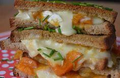 Le grilled cheese au brie et au chutney d'abricots, la recette tellement décadente qu'elle en est presque illégale (mais en fait non, IL EST PAS NÉ CELUI QUI M'EMPÊCHERA DE MANGER MON CHUTNEY D'ABRICOTS).
