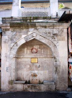 Rüstem Paşa Câmii Çeşmesi; kesme taştan duvara gömülü tarzda klasik Osmanlı mi'mârî üslûbunda inşâ edilmiş bir çeşmedir.