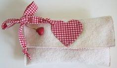*Filz-Trachtentasche (Clutch) in Weiss, Schleifenband und Innenfutter in Rot-Weiss, Herzapplikation und einen kleinen Herzanhänger*    Das Must-have f