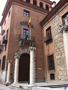 La Casa de las Siete Chimeneas es un edificio construido entre 1574 y 1577. Es uno de los palacios más antiguos de Madrid. Se encuentra rodeada de leyendas. Casa de las siete chimeneas