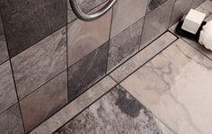 Bad med linieafløb dekoreret med flise, som matcher resten af gulvet i badeværelset. unidrain®: HighLine #bathroom #badeværelse #design #nordic #scandinavian #inspirational #drain #interior #unidrain #custom