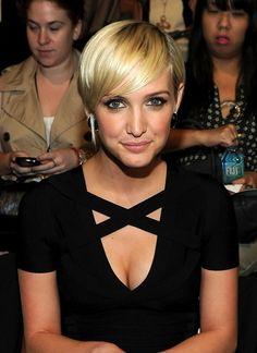Short sleek blonde hairstyle from Ashlee Simpson Wentz