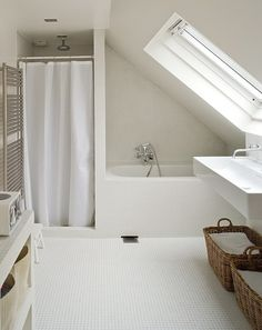 white bathroom baignoire derrière une cloison côté entrée de chambre, arrière de la porte  | The best attic home design ideas! See more inspiring images on our boards at: http://www.pinterest.com/homedsgnideas/attic-home-design-ideas/