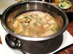 Z Deli Sanduíches: caldo de frango com bolas de pão ázimo (sem fermento)