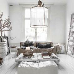 Deze woonkamer straalt zowel rust als warmte uit. www.myinteriormusthaves.com