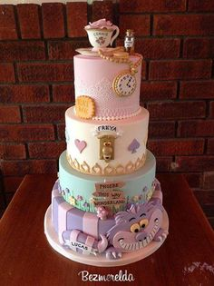 How amazing is this Alice in Wonderland themed cake