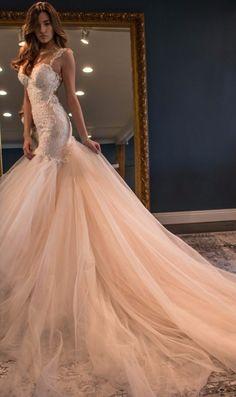 Robe de mariée coupe sirène avec des bretelles, parfaite pour les mariées sexy !                                                                                                                                                                                 Plus