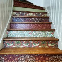 Trappan till fredagsmyset.    #williammorris #stairs #wallpaper #homeinspo