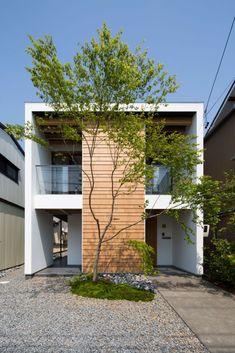 ここではインテリアデザインの写真を見つけられます。インスピレーションを得てください! Modern Exterior, Exterior Design, Interior And Exterior, House Front Design, Modern House Design, Modern Tropical House, Halls, Home Building Design, Prefabricated Houses