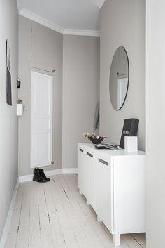 hallway decorating 537265430529997794 - Minimal chic black and white hallway decor Black And White Hallway, Sofa Living, Living Room, Kallax Regal, Neutral Walls, Entry Hallway, Entryway, Built In Bookcase, Hallway Decorating