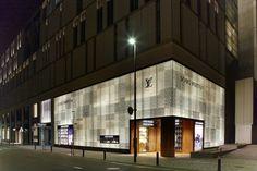 LOUIS VUITTON FUKUOKA TENJIN Classic Architecture, Beautiful Architecture, Interior Architecture, Retail Facade, Shop Facade, Japanese Lifestyle, Interior Staircase, Facade Lighting, Front Door Entrance