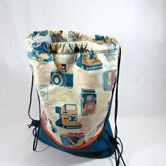 batoh+foťákový+batužek,sáček+na+špinavé+prádlo,pytlík+na+cvičky-všestranně+využitelný+ušitý+z+bavlněné+látky+s+motivem+fotoaparátů+a+tyrkysové+koženky+batužek+má+navíc+zipovou+kapsu+ve+spodní+části,zipová+kapsa+je+i+uvnitř+lehce+vyztužený,vypodšívkovaný+šnůrky+na+stažení+cca+38/40+cm+oválné+dno+cca+11/31+cm+v+nabídce+i+jiné+motivy