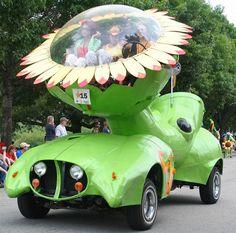 Une #voiture très #insolite certainement imaginée à l'occasion d'un carnaval ou d'une parade ! Un style très flower power, si vous aimez les fleurs cette voiture est pour vous ! ;)