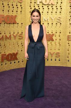 Emilia Clarke In Valentino Haute Couture - 2019 Emmy Awards - Red Carpet Fashion Awards Emilia Clarke, Celebrity Red Carpet, Celebrity Dresses, Celebrity Style, Maisie Williams, Michelle Williams, Purple Carpet, Red Carpet Looks, Sophie Turner