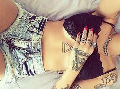Selecionamos 21 tatuagens, localizadas na região de cima da barriga, de tatuadores nacionais e internacionais.