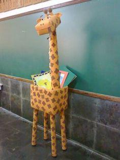 Arte, Educação e Sucata: Girafa de sucata Mais Vbs Crafts, Preschool Crafts, Paper Crafts, Preschool Jungle, Jungle Crafts, Jungle Decorations, School Decorations, Jungle Theme Classroom, Classroom Themes