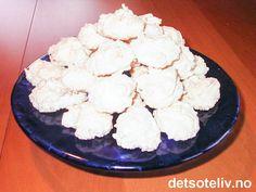 """Dette er en klassisk oppskrift på """"Kokosmakroner"""" som er laget med eggehviter og uten hvetemel. Deigen er nærmest som kokosmarengs å regne, og kakene blir myke og veldig, veldig gode. Oppskriften gir 85 stk. Norwegian Christmas, Feta, Dairy, Sweets, Cheese, Baking, Vegetables, Live, Christmas Cakes"""
