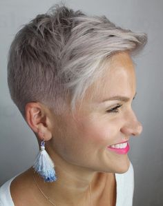 Simple Stylish Cut For Busy Women ? Our collection of short hair trends 2018 will surprise you. You will see all the faves among celebrities: undercut pixie cuts bobs and other popular haircuts. Get inspired for your own latest short cut. Super Short Hair, Short Grey Hair, Short Hair Cuts For Women, Short Cuts, Hair Trends 2018, Short Hair Trends, Undercut Hairstyles, Pixie Hairstyles, Undercut Pixie