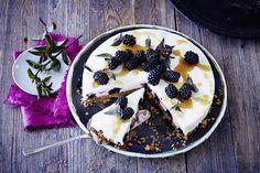Das Rezept für Brombeer-Frischkäse-Torte mit Keks-Haselnuss-Boden mit allen nötigen Zutaten und der einfachsten Zubereitung - gesund kochen mit FIT FOR FUN