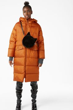 <p>This oversized puffer coat runs down to the calf, zips up all the way to a 3/4 neck for a cocoon fit. Your bed is anywhere u want it to be.<br /><br />In