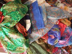 Scopri come indossare un foulard in 4 modi diversi per essere sempre all moda ma con classe ed eleganza.
