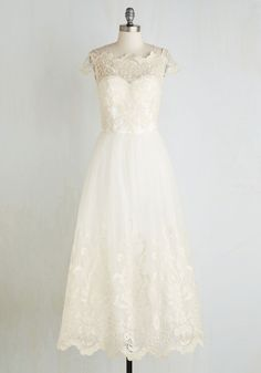 Over 40 gorgeous, glam wedding dresses that will cost you $1000 or less.