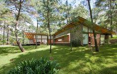 Moderna casa de campo se desarrolla 320 metros cuadrados,su diseño refleja respeto por la naturaleza ya que no afecta al terreno donde se construye sino que le saca provecho generando amplios ambi…