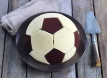Recipe – Soccer ball cake step by step – football cake – ballons Date Energy Bars, Soccer Birthday Cakes, Soccer Ball Cake, Football Snacks, Cupcake Cakes, Food And Drink, Aide, Deco Fruit, Biscuits