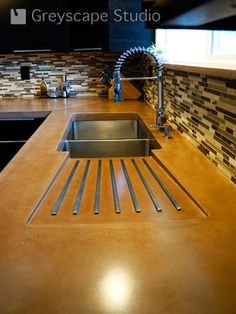 I like this sink setup - the twin sinkks and extendable spray tap