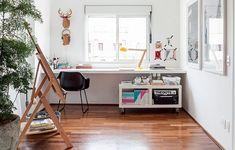 Cabeças de bichos de papelão, lembranças de uma viagem à Austrália, deixam mais divertido o escritório do arquiteto Alexandre Skaff, que também é estúdio de pintura. Sobre a bancada, um módulo com rodinhas facilita a organização
