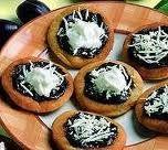 Recept na kynuté vdolky. Kdo by neměl rád babiččiny vdolečky z kynutého těsta, potřené domácí ostružinovou či jahodovou marmeládou s ve