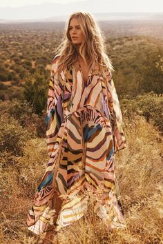 Campagne HM Studio Femme Printemps Ete 2019 - Anna Ewers is a Glam Explorer in Sedona for HM Studio Anna Ewers, Lookbook Mode, Fashion Lookbook, Image Fashion, Clothes For Women In 20's, Formal Casual, Swedish Fashion, Desert Fashion, Calf Length Dress