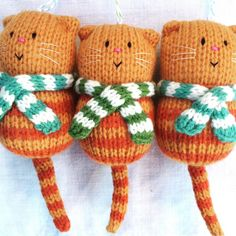 Fat Cat in a Scarf Hand Knitted Decoration Katze Dekoration Türschild Hand Katzenliebhaber Geschenk in Always wanted to figure out how to knit, yet not certain whe. Knitted Cat, Knitted Dolls, Crochet Toys, Knit Crochet, Animal Knitting Patterns, Doll Patterns, Cat Lover Gifts, Cat Gifts, Loom Knitting