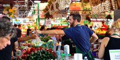 Dialogue : à la gare ∣ chez le fromager∣ au marché ∣ au café ∣ à la poste     DIALOGUE : http://www.podcastfrancaisfacile.com/wp-content/uploads/files/au-marche.mp3  - Bonjour, qu'est-ce qu'il