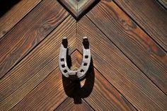 Jimat Tapal Kuda Sebagai Pelindung & Menarik Keberuntungan