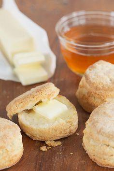 Buttermilchkekse, die auch zum Frühstück schmecken :)  http://eatsmarter.de/rezepte/buttermilchkekse