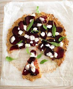 Kukkakaalipohjainen pitsa - Kananmuna ja juustoraaste sitovat kukkakaalimurun pizzapohjaksi, josta voi leikata palan ja syödä sen käsin.