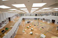 南北に長いスウェーデンの内陸中央部、ダーラナ地方のファールン(Falun)。2014年5月に竣工したばかりのダーラナ大学の図書館を訪ねてみた。ストックホルムから車で3時間ほどの距離に位置し、お土産として人気のあるダーラホース(ダーラナ馬)の故郷でもある。 Open Space Architecture, Library Architecture, Studios Architecture, Modern Architecture House, School Architecture, Interior Architecture, Modern Library, Library Design, Modern Japanese Interior