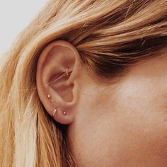 10 unique and beautiful ear piercing ideas, from minimalist studs to extravagant jewels Innenohr Piercing, Ear Piercings Tragus, Cute Ear Piercings, Triple Piercing, Rook Piercing Jewelry, Forward Helix Piercing, Tragus Earrings, Cartilage Hoop, Septum
