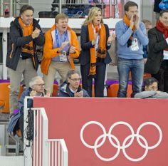 Koning Willem-Alexander, Maxima, en Mark Rutte juichen enthousiast voor de oranje schaatsers. In Sotsji 2014 is er al weer twee keer schaats goud voor oranje gewonnen. Sven kramer en Ireen Wüst maken beide hun favorietenrol direct waar door een Olympische titel in het Russische Adler te pakken.