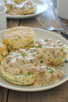 Herbed Buttermilk Biscuits with Sausage Gravy. One of my fav breakfast foods~ biscuits and gravy~! Breakfast And Brunch, Breakfast Dishes, Breakfast Recipes, Southern Breakfast, Breakfast Ideas, I Love Food, Good Food, Yummy Food, Tasty