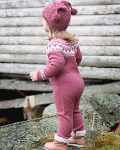 #kvalavågsdress er en av oppskriftene fra den nye boka vår som blir lansert i uke 30 :) Det nærmer seg!  #duskeluskelue #klompelompe #klompelompebok2 This is the kvalavåg suit from our new book :) Knitting For Kids, Baby Knitting, Diy Knitting Projects, Toddler Fashion, Pulls, Baby Hats, Knitwear, Knit Crochet, Kids Outfits