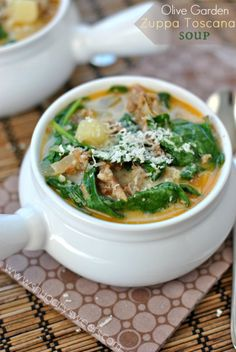 With this Knockoff Olive Garden Zuppa Toscana recipe you can skip the long wait for a table and the even longer wait for the waiter, and make endless soup in your own home. Chili Recipes, Copycat Recipes, Soup Recipes, Great Recipes, Cooking Recipes, Healthy Recipes, Recipies, Zuppa Toscana Suppe, Toscana Soup