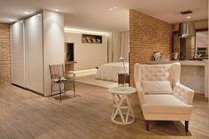 Neste loft, projetado por Helaine Caloête, um dos destaques é o revestimento das paredes em tijolos aparentes. Para garantir harmonia na integração dos ambientes, a dica da arquiteta é utilizar alguns elementos que fazem toda a diferença em recintos menores, como um único piso para todos os espaços.