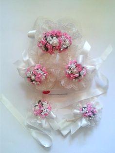 Anneler ve minik prensesleri için hazırladığım krem rengi ,güpür dantelli ,pembe çiçekli lohusa tacı,lohusa terliği,bebek saç bandı, lohusa bilekliği takımı .